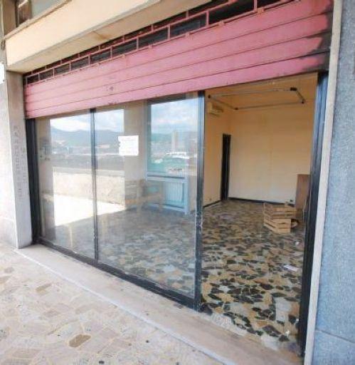 CARIGNANO (VIA VOLTA) Di fronte Ospedale Galliera affittiamo locale commerciale
