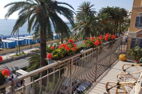 ARENZANO (LUNGOMARE) Affittasi splendido appartamento con terrazzo e balconata fronte mare.