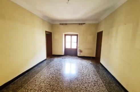 CASTELLETTO (VIA PERTINACE) Vendesi Adiacente a Corso Carbonara in palazzo d'epoca appartamento da ristrutturare