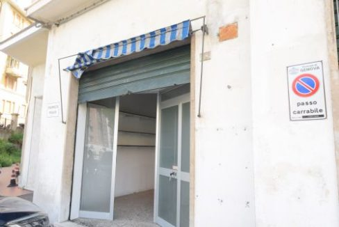 TEGLIA (VIA MONTE SEI BUSI) Affittasi negozio con servizio