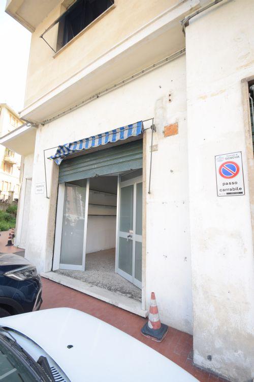 TEGLIA (Via Monte sei Busi tratto iniziale) Affittasi 6+6 negozio/ufficio/laboratorio