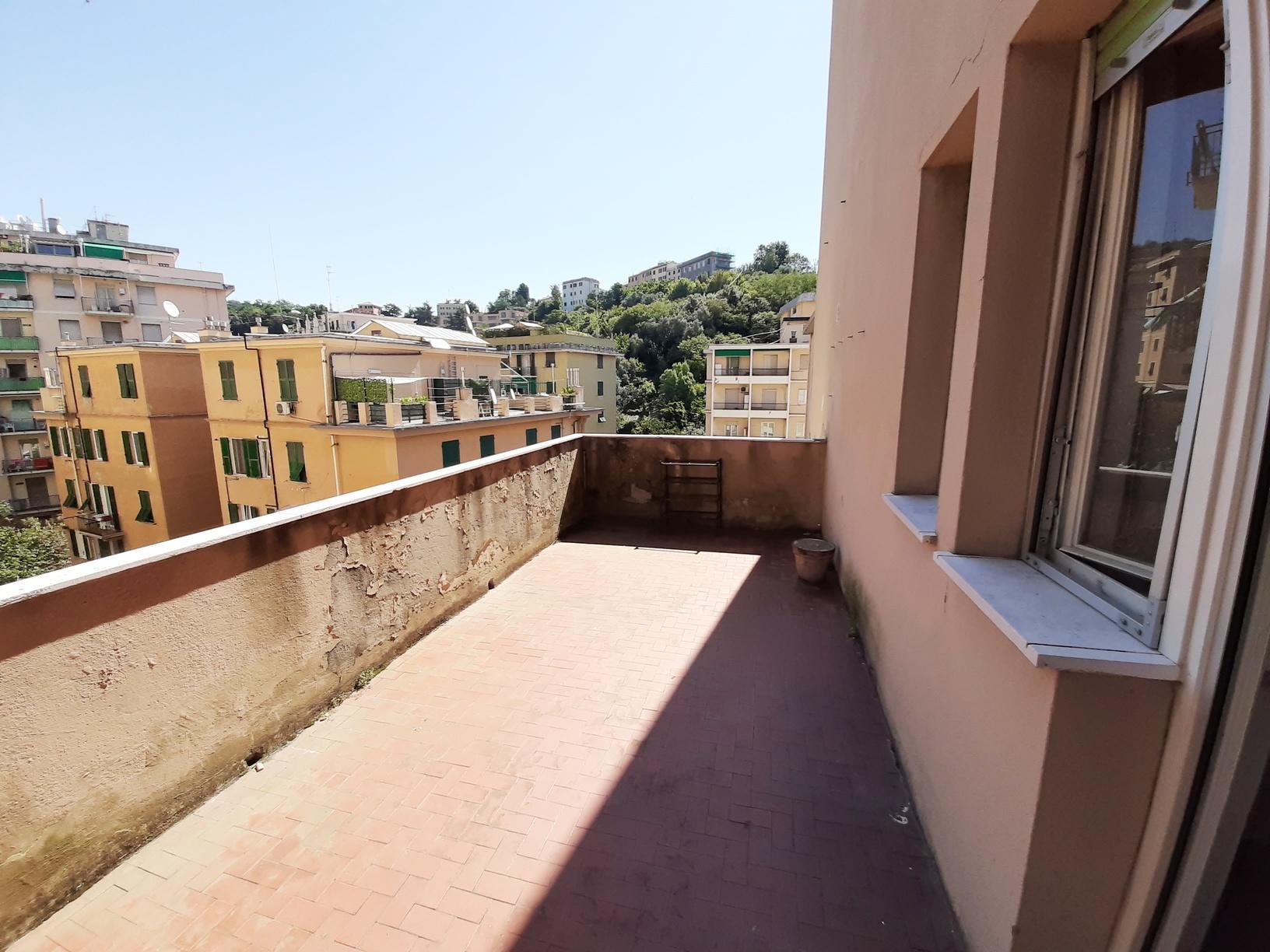 SAMPIERDARENA (Corso Martinetti alta) Vendesi mq. 67 con terrazzo al piano