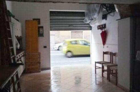 SAMPIERDARENA (via W,Fillak) nella via principale vendiamo ristrutturato locale ad uso box magazzino di 50 mq. con bagno