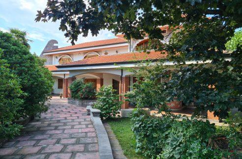VIVERONE (ALICE CASTELLO) vendesi spettacolare villa indipendente di 350 mq. con parco di mq. 1500